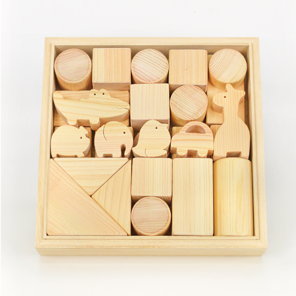 手作りの木製積み木(中)